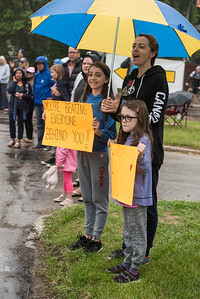 DAVID LIPNOWSKI / WINNIPEG FREE PRESS  Daughters Hudson (11, left) and Prairie (7, right) along with their mother Tannis Francis (center) cheer on their dad Ryan who is running the Half Marathon Sunday June 18, 2017.