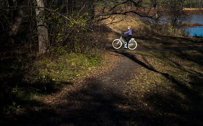 DAVID LIPNOWSKI / WINNIPEG FREE PRESS   A cyclist rides her bike at Assiniboine Park Saturday November 5, 2016 on an unseasonably warm fall day.