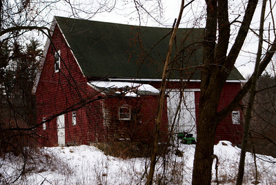 I happen to pass by this old barn so I pulled over and took a quick picture