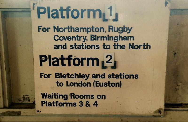 No LED or dot matrix platform indicators here ! Photo taken on 25 October 1987.