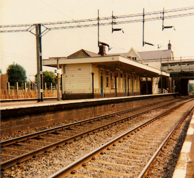 With demolition of buildings on platform 4 visible in the background, the still standing building of platform 2 and 3 is photographed on 17 June 1984.