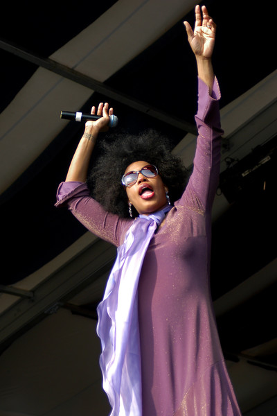 Macy Gray performs at the New Orleans Jazz & Heritage Festival on April 24, 2004.