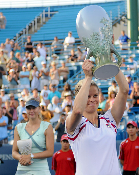 Kim Clijsters holds up the championship trophy.Western & Southern Financial Group Women's Open.(CincySportsZone/Scott Davis)