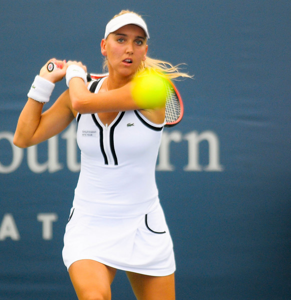 Elena Vesnina (RUS) Defeats Melanie Oudin. Western & Southern Financial Group Women's Open.(CincySportsZone/Scott Davis)