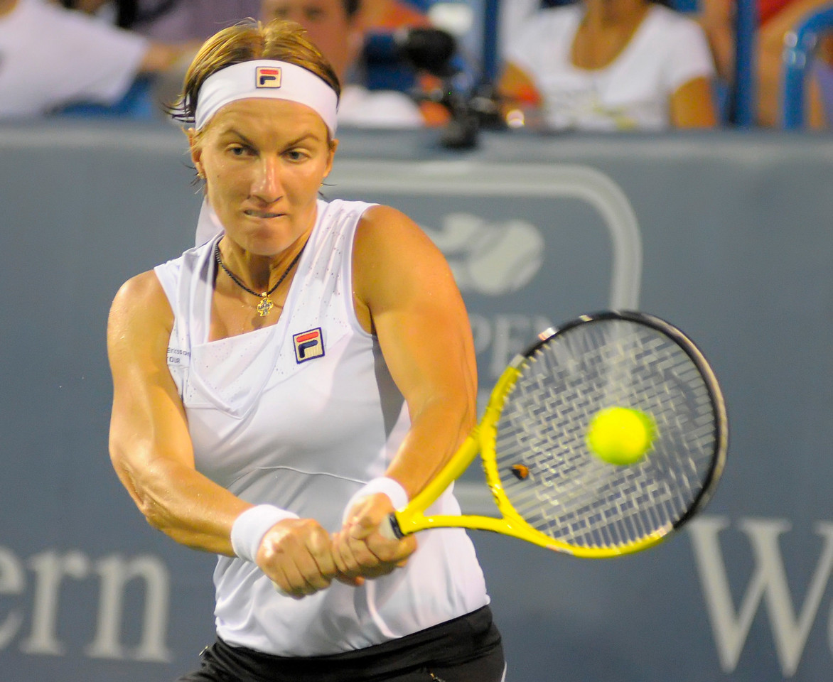 Kuznetsova (RUS) returning a serve from Sharapova.Western & Southern Financial Group Women's Open.(CincySportsZone/Scott Davis)