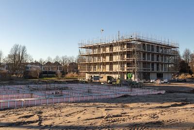 Links het fundament voor het tweede appartementengebouw