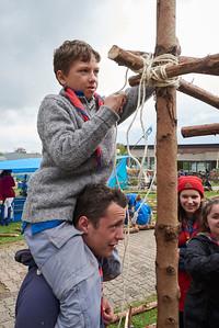 Se faire porter pour atteindre la hauteur du noeud