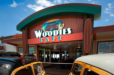 Located on a sunny wharf in Santa Cruz, CA, Woodies Café attracts visitors from across the country. The café's owner came to I-5 looking for an updated design that would capture the essence of the classic wood-paneled cars that inspired the restaurant's name—a design that would impart a sense of destination, while preserving a fun, family-friendly atmosphere.