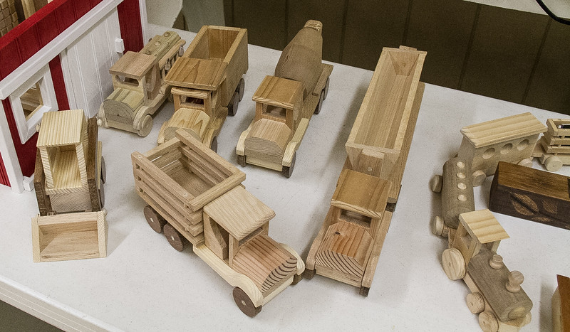 Dennis Kenigy made a Barn Toy Chest and wood toys for his grandson.  Sep 2017