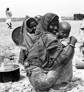 Ethiopian women at a food aid distribution center, 1986