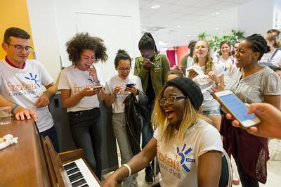 Première pause, une filleule organise spontanément une improvisation au piano. Elle est vite accompagnée par de nombreux filleuls choristes