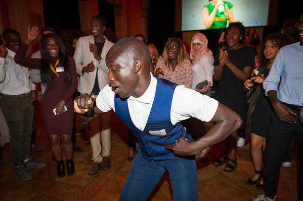 La soirée donne lieu à des battles de danse. De nouveaux talents se révèlent une fois de plus.