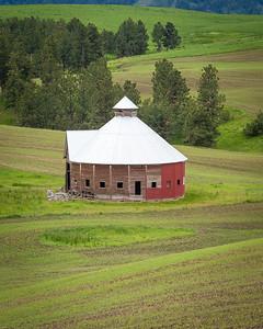 Round barn near Flora