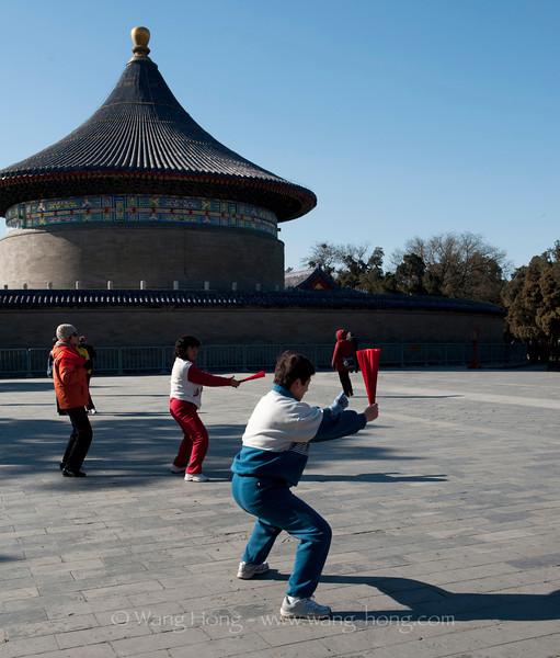 Taiji Fan practice outside the Echo Wall in the Temple of Heaven. 天坛回音壁外太极扇