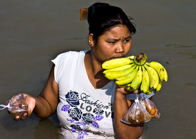 FRUITS SALES WOMAN
