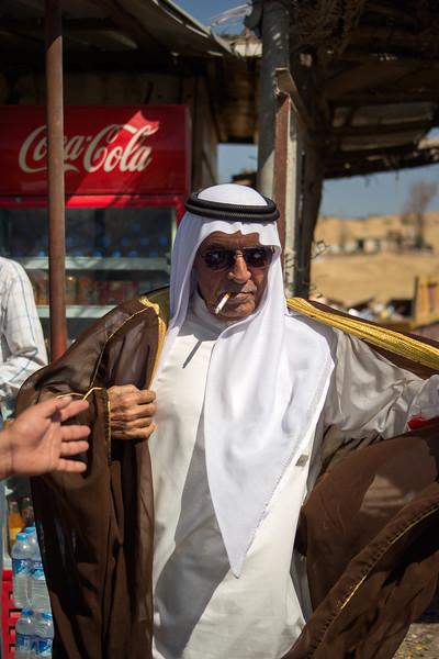 Iraq Kurdistan 20130915<br /> Man dressing up on the road of Kurdistan<br /> Photo Maria Langen / Sverredal & Langen AB