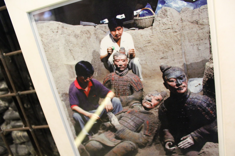 Photographs showing original coloring before it disappeared - Terracotta Warriors, Qinling (NE of Xi'an)