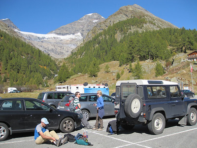 Dave is getting ready for our second hike to Anen Hut while Isabelle & Guido are chatting.
