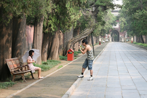 Walking to the tomb of Confucius, Qufu