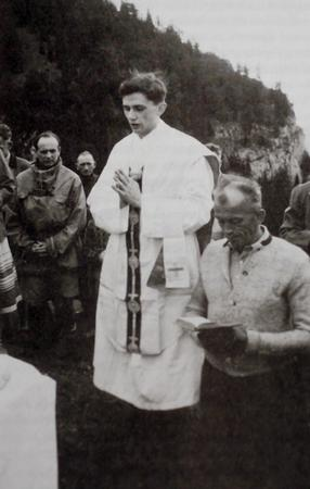 In this photo released by the German Catholic News Agency KNA and dated from summer 1952 German Joseph Cardinal Ratzinger, center, is seen celebrating Mass in the mountains of Ruhpolding, southern Germany. (AP Photo/KNA)   ** GERMANY OUT AUSTRIA OUT SWITZERLAND OUT **