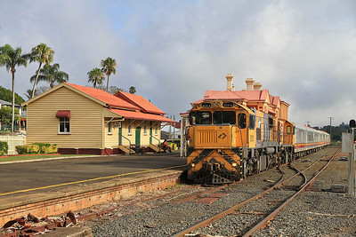 QueenslandRail 2501+1733, Toowoomba, 'The Westlander' 3907 18.15 (prev day) Charleville-Brisbane - 23/11/13.
