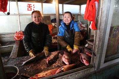 Sandaoling market - fish gutting, messy job - 21/03/17.