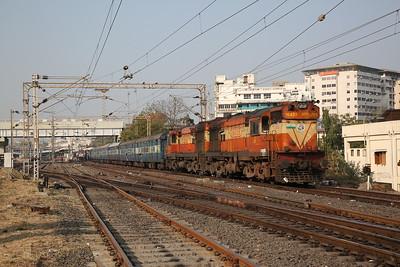 IR WDM3As 16459+16457 dep Vadodara Junction, 16335 07.20 Gandhidham Junction-Nagercoil Junction - 24/11/17.