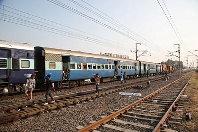 IR WDM3As 16459+16457 dep Vadodara Junction, 16335 07.20 Gandhidham Junction-Nagercoil Junction ........... the local snack sellers board as the train crawls past - 24/11/17.