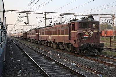 IR WAG5As 23794+23371 arr Vadodara Junction, Southbound block tank train - 24/11/17.