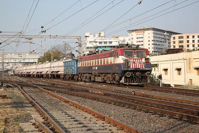 IR WAG7 24518 dep Vadodara Junction, Southbound block tank train - 24/11/17.