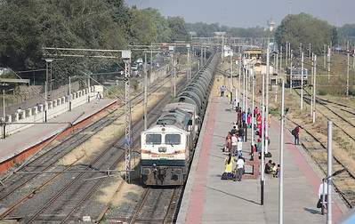 IR WDG4 12336 passes Sabarmati Junction with a Southbound block tank train - 24/11/17.