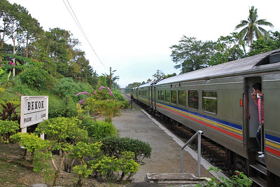 KTM 6701 pauses at Bekok to pass a southbound service on ST14 04.30 Singapura-Tumpat - 30/11/10