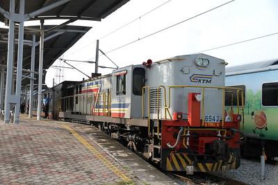 KTM 6542 pauses at Rawang on SU10 08.05 Kuala Lumpur-Butterworth - 28/11/10