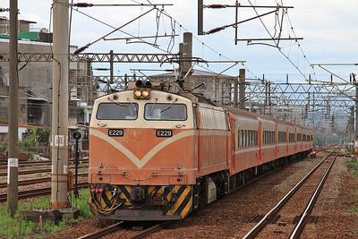 TRA E229 arr Zhunan, 504 06.19 Kaohsiung-Qidu - 11/05/14