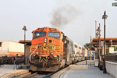 BNSF 5654 dep Glendale, on rear of 101 06.52 Los Angeles-Moor Park - 25/08/16.