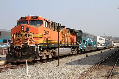 BNSF 5662 + Metrolink 898, Los Angeles Union, 306 10.17 to San Bernardino - 25/08/16.