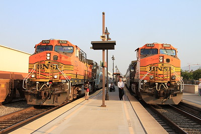 BNSF 5704 / 5609, Glendale, 104 06.03 Ventura East-Los Angeles / 203 07.30 Los Angeles-Via Princessa - 25/08/16.