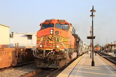 BNSF 5704, Glendale, 104 06.03 Ventura East-Los Angeles .... 5609 departs on rear of 203 07.30 Los Angeles-Via Princessa - 25/08/16.