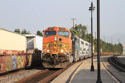 BNSF 5620 + Metrolink 887 arr Glendale, 208 06.52 Lancaster-Los Angeles - 25/08/16.