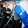 Presentatie Team Nederland, Harderwijk; Robin van Galen overhandigt vlag aan Jan Nevels, teamcaptain