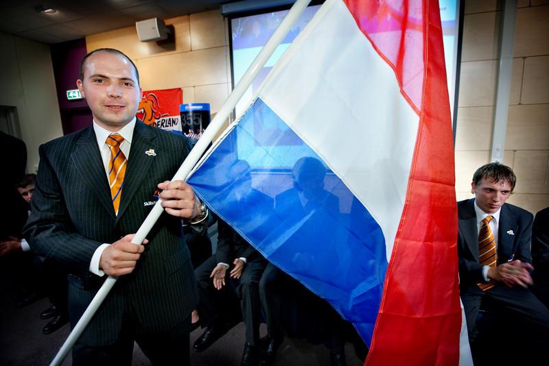 Presentatie Team Nederland, Harderwijk; Jan Nevels met vlag