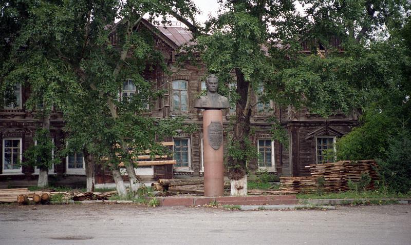 Statue of Kalishnikov.