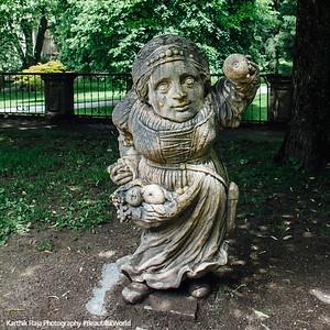 Mirabellgarten, Dwarf Gnome Park, Zwergelgarten, Die Zwergin mit der Obstschürze, Salzburg, Austria