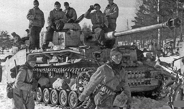 Germans aboard a Pz.Kpfw IV tank. Eastern Front, February 1944. #WW2 #ww2history #WWII #panzer