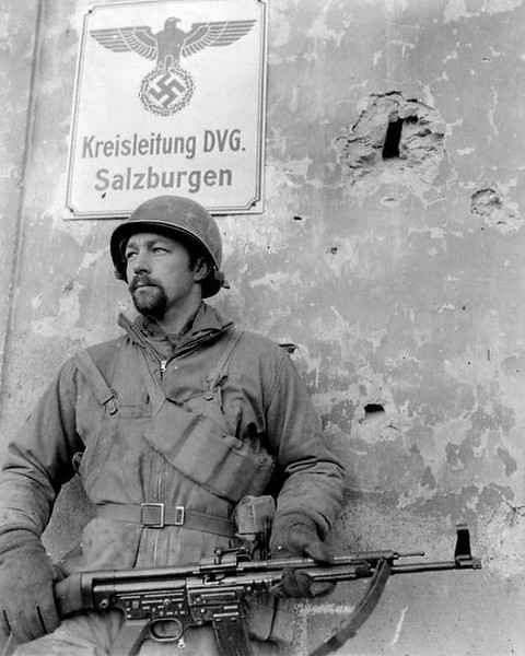 A US Sergeant with a captured STG 44, he brought it back to the states as a souvenir. #ww2 #ww2history #ww2 #wwii #stg44