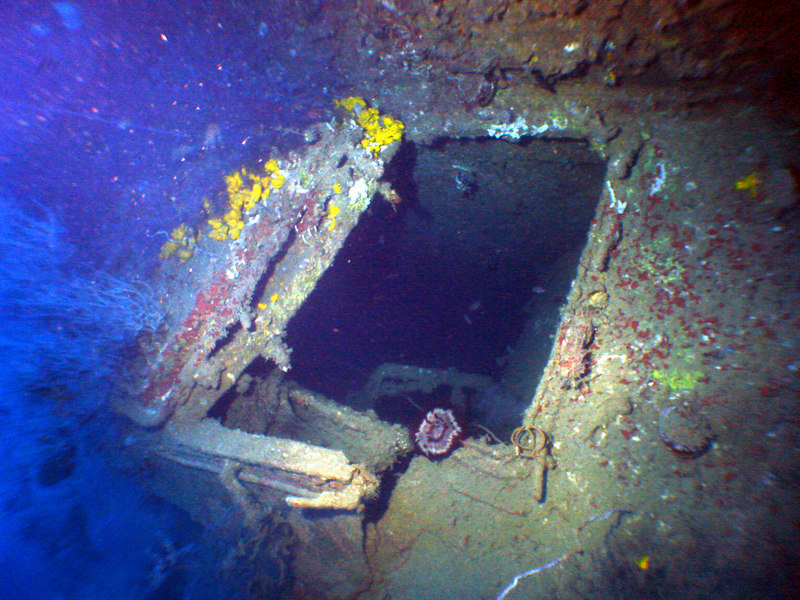 Hatch behind 1st rear gun - main entrance to wreck into captains quarters