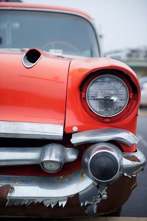 Chevy 57, c'est son surnom, elle a été introduite en septembre 1956 par la General Motors, il y a eu trois modèles l'upscale Bel-Air, la mid-range 'two ten', et la one fifty. Un modèle break à deux portes (celui sur la photo), a également été produit dans la gamme Bel-Air. C'est un modèle mythique que l'on a retrouvé dans des décorations murales de restaurants, et sous forme de nombreux jouets. On la retrouve partout dans l'iconographie des années 60. La Chevy 57 est devenue une icône...