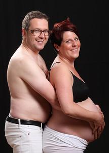 Hos Jannis kan du fota din mage på flera olika sätt. bada i ljus eller med mycket skuggor. Gravidfoto är populär. Blivande pappa kan vara med för att få lite mera action på bilderna.