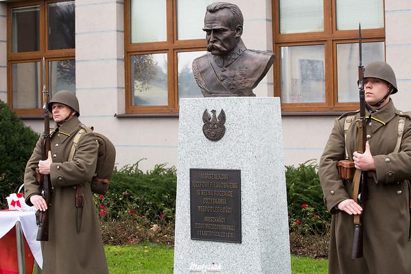Warta honorowa przed odsłoniętym Pomnikiem Marszałka Józefa Piłsudskiego Obchody 100 rocznicy odzyskania niepodległości przez Polskę 11.11.2018, Plac im. Józefa Piłsudskiego w Mszczonowie ©Agata i Mateusz Matysiak