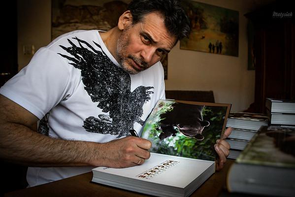 """Autografowanie albumów """"Bieszczadzcy Mocarze"""" ©Mateusz Wolfgang Matysiak"""